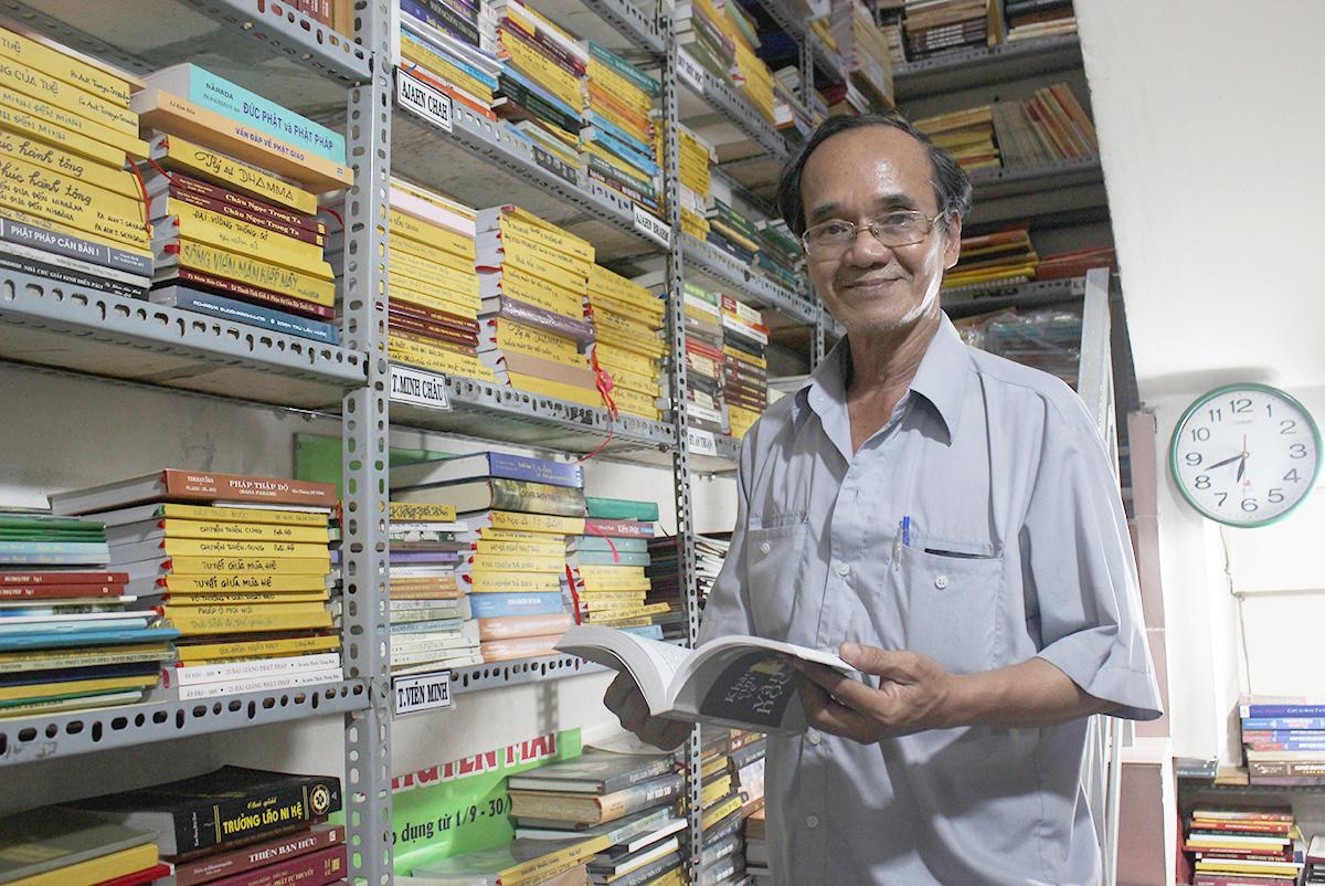 Ngoài những cuốn sách ông Cần sưu tầm, nhiều người cũng đem sách tới góp thêm cho tiệm để nhiều người có cơ hội tiếp cận. Ảnh: Diệp Phan.