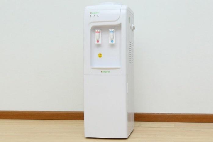 Máy làm nóng lạnh nước uống loại đứng KG3331 làm lạnh bằng vi mạch và chíp điện tử. Bình chứa nước lạnh có dung tích 2 lít, làm từ chất liệu inox 304, an toàn cho sức khỏe người sử dụng. Bình chứa nước nóng dung tích 5 lít, có nhiệt độ làm nóng lên đến 90 độ C, đun nóng trực tiếp. Máy có khoang chứa khử trùng đi kèm chức năng khử mùi tiện lợi. Sản phẩm có giá 1,7 triệu đồng trên Shop VnExpress.