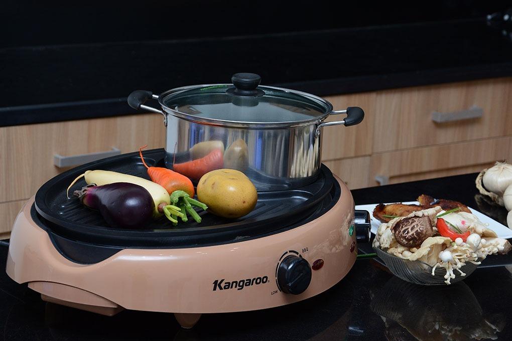 Bếp lẩu nướng Kangaroo KG95N thiết kế đa năng với phần vỉ nướng chống dính và bếp lẩu tiện lợi. Vỉ nướng phủ lớp chống dính an toàn cho sức khỏe người dùng. Nồi lẩu đi kèm dung tích 2,5 lít, thích hợp cho gia đình nhỏ 2-4 người.Núm điều chỉnh nhiệt độ thích hợp, dễ sử dụng. Sản phẩm có giá 1,2 triệu đồng, giảm 30% so với giá gốc.