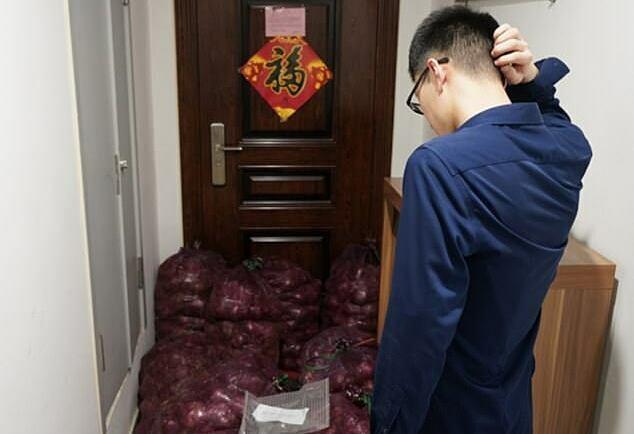 Hành tây chắn hết lối vào nhà của anh chàng người yêu cũ. Ảnh: Shandong.