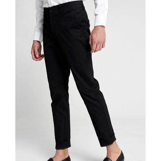 Quần tây nam The Cosmo James Chinosmàu đen TC1027017BA giảm 26% còn 369.000 đồng phom ôm vừa vặn, hai túi bên hông, hai túi phía sau, chi tiết xắn gấu tạo phong cách trẻ trung và thời trang hơn cho tổng thể trang phục. Bạn có thể phối quần cùng sơ mi và giày tây cùng tone màu quần để tạo vẻ chuẩn chỉnh cho phong cách quý ông công sở. Hoặc nếu yêu thích sự năng động và cá tính hơn, bạn cũng có thể mix quần James Chinos cùng áo thun basic phối kèm blazer và sneakers cùng gam màu.