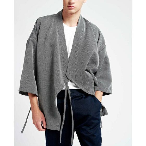 Áo khoác nam The Cosmo Ryouta Kimono màu xám TC1023056DG giảm giá 27% còn 269.000 đồngtay dài, không nút cài, phom suông rộng, dáng kimono phối cùng chi tiết vạt chéo đầy phá cách, tạo điểm nhấn đặc sắc, nổi bật. Bạn có thể mix áo cùng áo thun trơn dáng basic và skinny jeans hoặc chinos/khaki, phối cùng sneakers cho những buổi hẹn hò hoặc xuống phố cùng bạn bè.
