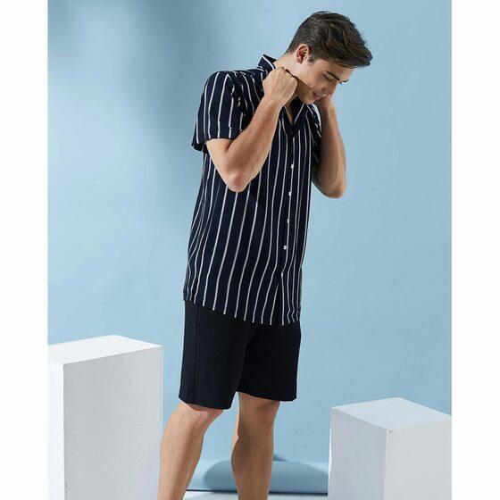 Áo sơ mi nam The Cosmo NOAH SHIRT màu xanh đậm TC1022086NA 369.000đ184.500đ(-50%) Áo có thiết kế cổ bẻ, tay ngắn, phom suông, dáng ngắn thời thượng, họa tiết kẻ sọc với màu sắc tương phản mang đến sự trẻ trung và cá tính nổi bật cho tổng thể trang phục. Với bảng màu thời thượng, bạn có thể dễ dàng phối cùng nhiều loại trang phục và phụ kiện khác nhau, từ quần jeans, chinos trung tính cho đến shorts đa sắc màu theo phong cách color-block ấn tượng.