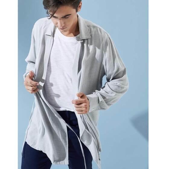 Áo khoác nam The Cosmo KAZUKI KIMONO màu xám TC1023049GR 369.000đ269.000đ(-27%) điểm nhấn đặc sắc ở mẫu áo chính là nét pha trộn của thiết kế kimono khi phần cố định áo lại là thiết kế vạt đắp với dây nơ cố định phom áo, thay vì hàng nút dọc thân áo như sơ mi thông thường. Chính vì chi tiết này, mà bạn có thể phối áo theo 2 kiểu, xem áo như là áo khoác kimono với áo thun trơn tối giản phối bên trong, hoặc bạn cũng có thể phối áo như một chiếc sơ mi lịch lãm sơ vin cùng quần chinos đến công sở.