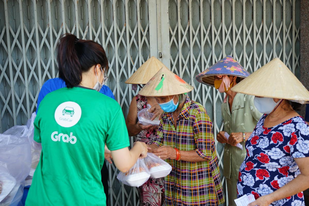 Mỗi suất cơm được Grab trao tận tay tới những người nghèo tại quận 11, TP HCM trưa ngày 21/4.