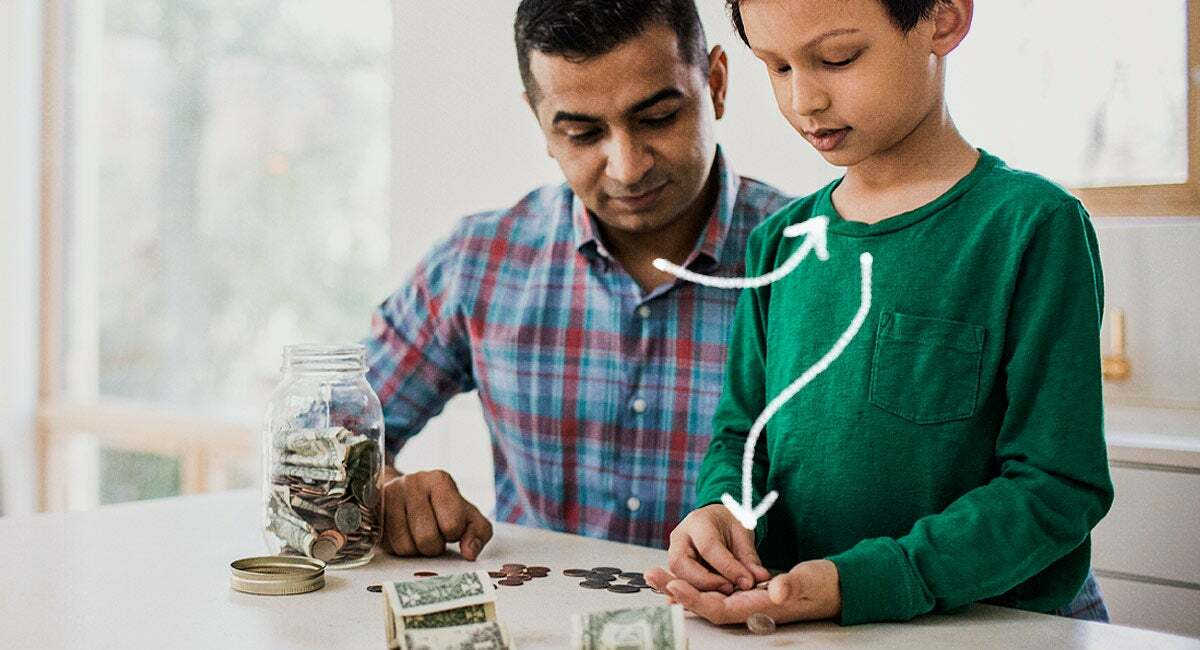 Điều quan trọng là dạy con thích nghi linh hoạt và điều chỉnh trước những thay đổi, thay vì chỉ tiết kiệm từng đồng. Ảnh: Fatherly.