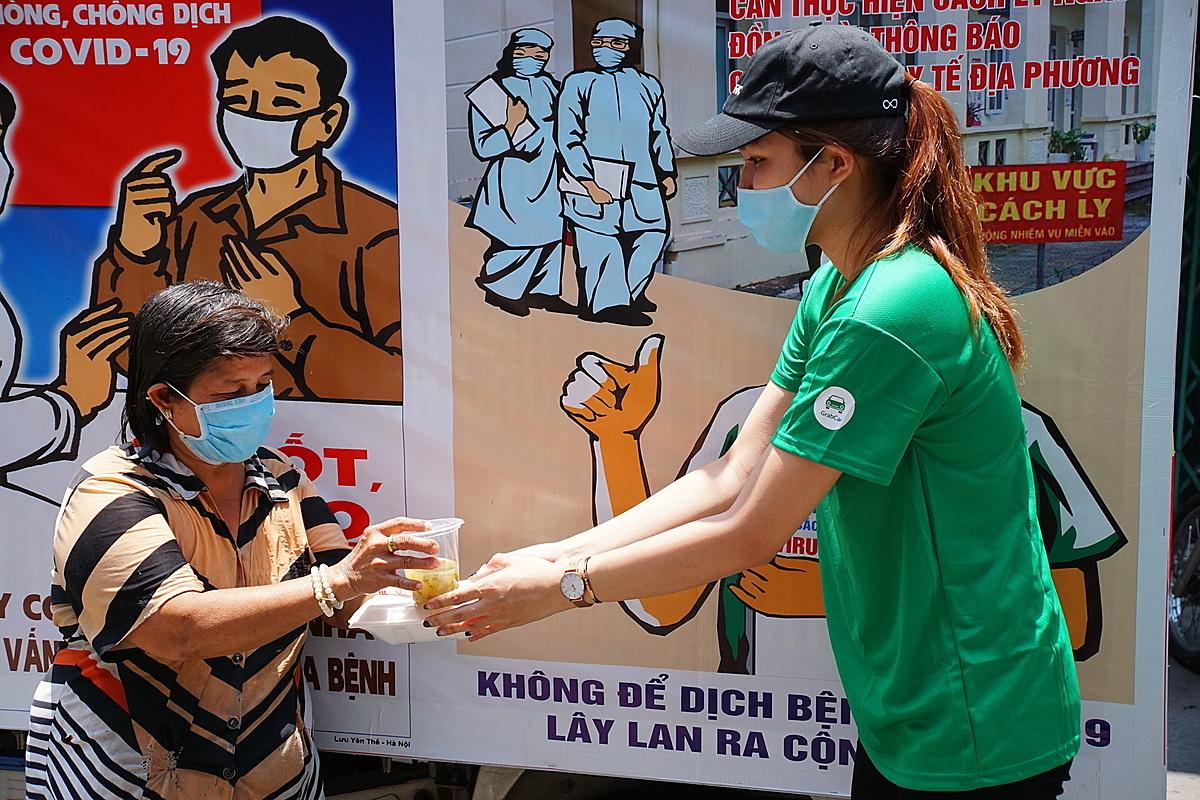 Mỗi suất cơm được Grab trao tận tay tới những người nghèo tại TP HCM và Hà Nội hồi cuối tháng 4.