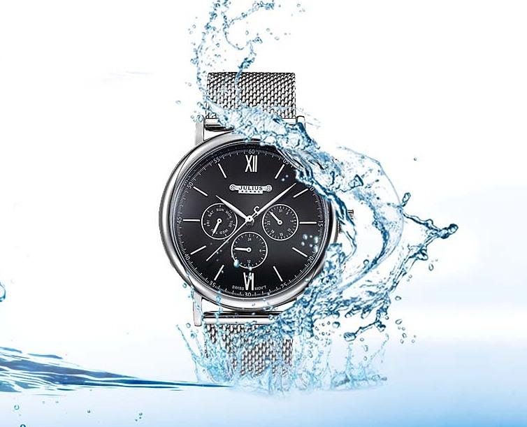 Đồng hồ nam jah-090b đen Julius tặng đồng hồ Skmei nam hoặc nữ ngẫu nhiên giảm 50% còn 825.000 đồng có mặt kính khoáng cao cấp trong suốt rõ nét, độ cứng cao. Kích thước bề mặt 4,4 cm (mặt tròn); độ dày 1,2 cm; tổng độ dài đồng hồ 25,2 cm; độ rộng của dây 2,2 cm.