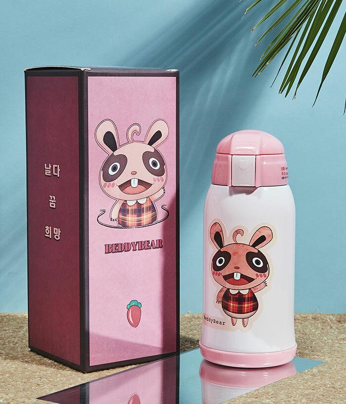 Bình giữ nhiệt BeddyBear RT101-630 ghi điểm với cấu trúc nhỏ gọn,hồng họa tiết con thỏ bắt mắt, phù hợp với lứa tuổi hồn nhiên.Lòng giữ nhiệt bằng thép không gỉ, chịu va chạm mạnh, nắp tháo rời, dễ dàng vệ sinh. Bộ sản phẩm gồmbình nước, hai nắp thay thế, hộp đựng, túi đeo.Khi mua sản phẩm trên Shop VnExpress, người tiêu dùng được giảm 44%, còn 442.000 đồng (giá gốc790.000 đồng).