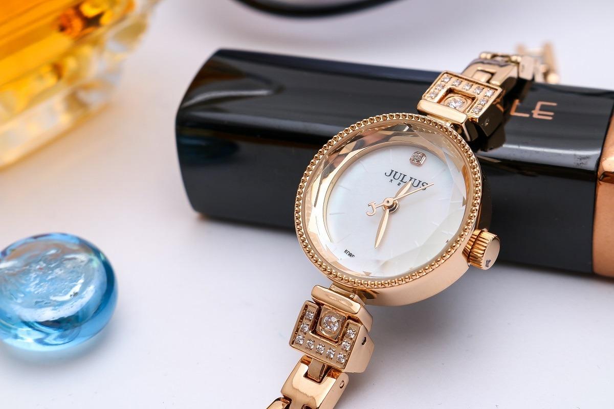 Đồng hồ nữ Julius Hàn Quốc lăng kính 3d ja-981c ju1236 có đường kính mặt chỉ 25 mm. Dây đeo kim loại dạng mắc xích, có thể dùng thay thế lắc tay, kết hợp xem giờ. Mặt kính khoáng trong suốt, rõ nét, độ cứng cao vpớ lăng kính 3D phản chiếu ánh sáng. Sản phẩm được bảo hành12 tháng, hậu mãi ba năm với chi phí thấp sau bảo hành, thay dây miễn phí một lần, thay pin trọn đời. Đồng hồ có giá ưu đãi 33%, giảm còn 799.000 đồng.