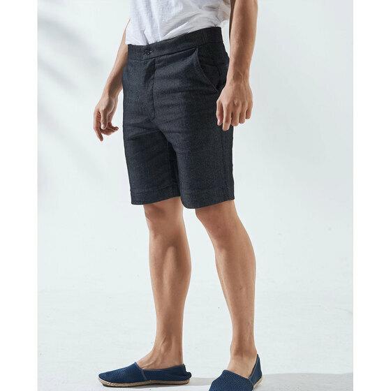 Quần nam The Cosmo ALEX SHORTS màu xanh navy TC1025021NA - Xanh đen - 34 349.000đ 199.000đ (-43%)  Mẫu quần có phom ôm vừa phải, hai túi bên hông và hai túi ở thân sau, chiều dài ngắn trên gối, phù hợp cho các hoạt động thể chất và phong cách thời trang năng động. Bạn không chỉ có thể kết hợp quần cùng áo thun polo hay áo thun trơn, mà mẫu quần cũng rất hợp khi mix cùng sơ mi hoặc blazer lịch lãm.