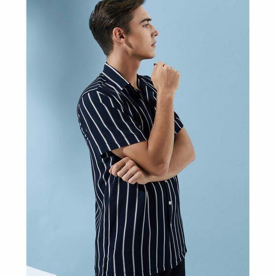 Áo sơ mi nam The Cosmo Noah Shirt màu xanh đậm TC1022086NA giảm 50% còn 184.000 đồng, có thiết kế cổ bẻ, tay ngắn, phom suông, dáng ngắn thời thượng, họa tiết kẻ sọc với màu sắc tương phản mang đến sự trẻ trung và cá tính nổi bật cho tổng thể trang phục.