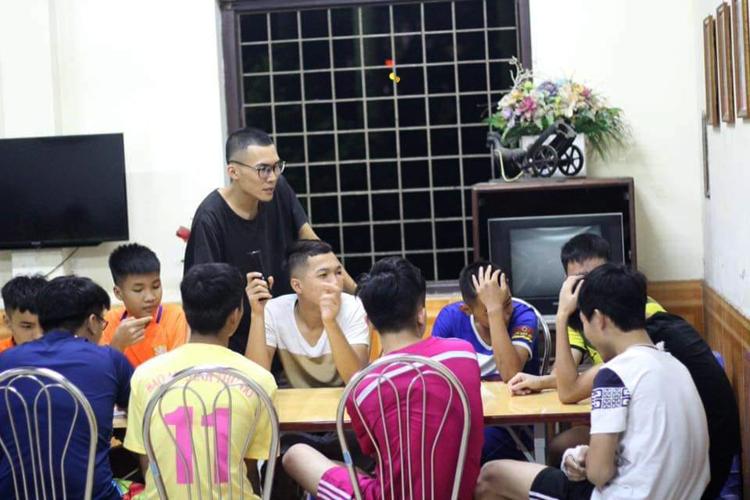 Hoàng Quý Bình hướng dẫn lớp kỹ năng sống tại làng trẻ SOS. Ảnh: Quý Bình.