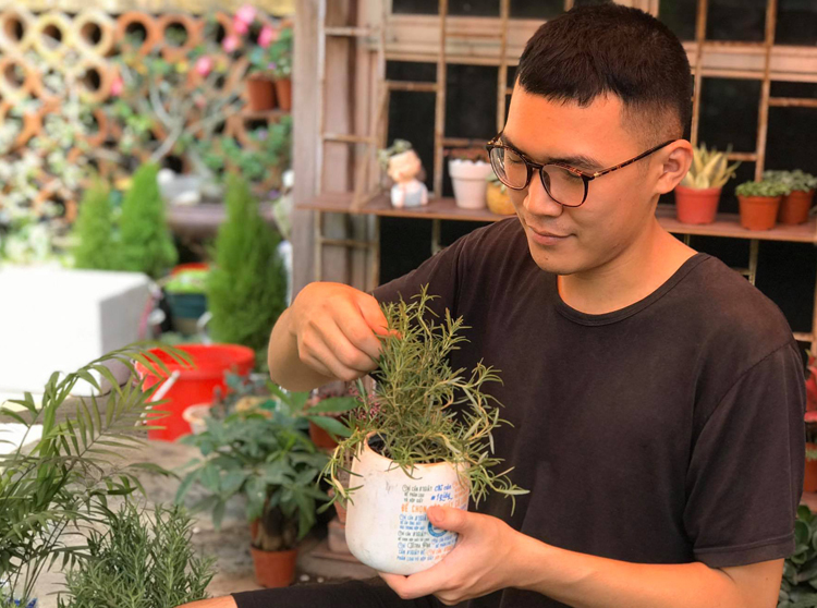 Để có kinh phí duy trì thư việnDfree Book, Hoàng Quý Bình và các cộng tác viên bán thêm cây cảnh cho sinh viên và nhân viên văn phòng. Ảnh: Hải Hiền.