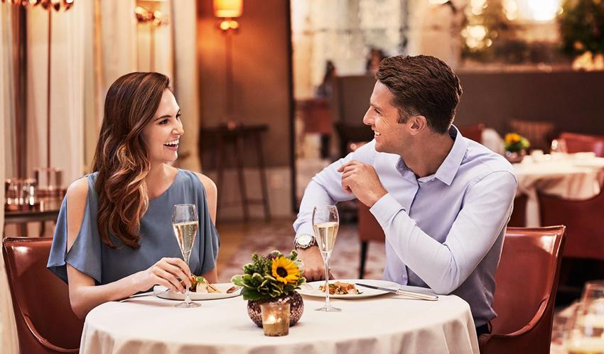 Vẻ ngoài ưa nhìn, sự thông minh, vui vẻ cũng được đánh giá cao trong các buổi nói chuyện ban đầu giữa hai người khác giới. Ảnh minh họa: Psychology Today.