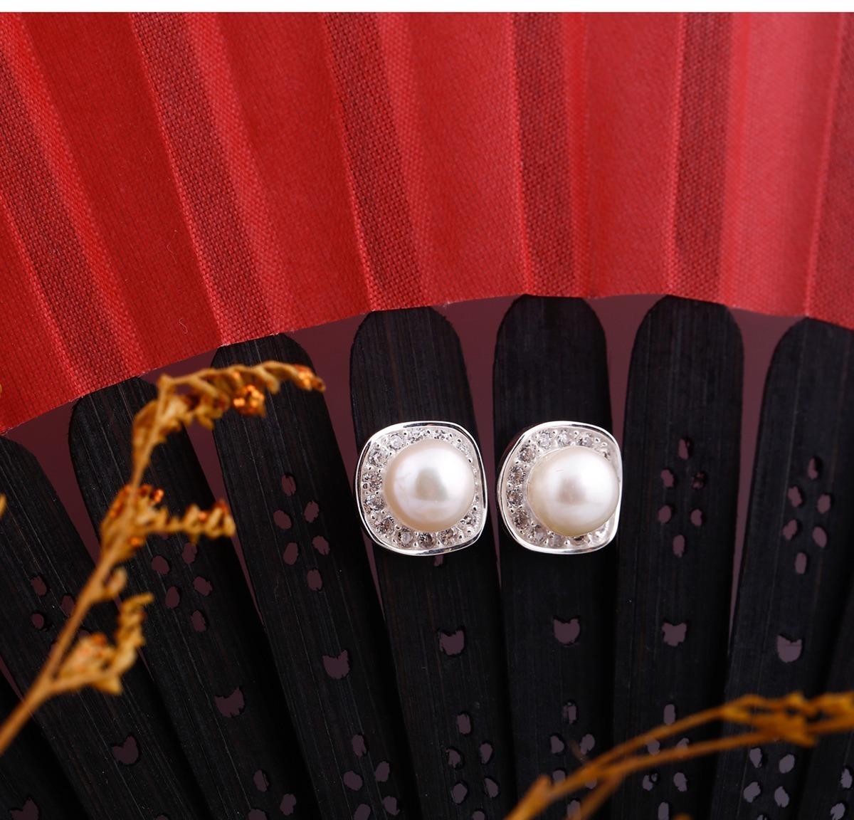 Hoa tai bạc đính ngọc trai cao cấp Opal T09 sẽ là món quà lý tưởng, phù hợp dành tặng các bà, các mẹ vào những dịp đặc biệt. Thiết kế sang trọng với viên ngọc trai to đính ở giữa kèm hạt đá nhỏ viền xung quanh, làm nổi bật viên ngọc trai màu trắng ngà. Từ xưa, hoa tai ngọc trai luôn được nhiều quý bà ưa chuộng vì sự thanh lịch, sang trọng mà nó đem lại. Sản phẩm có giá 290.000 đồng.
