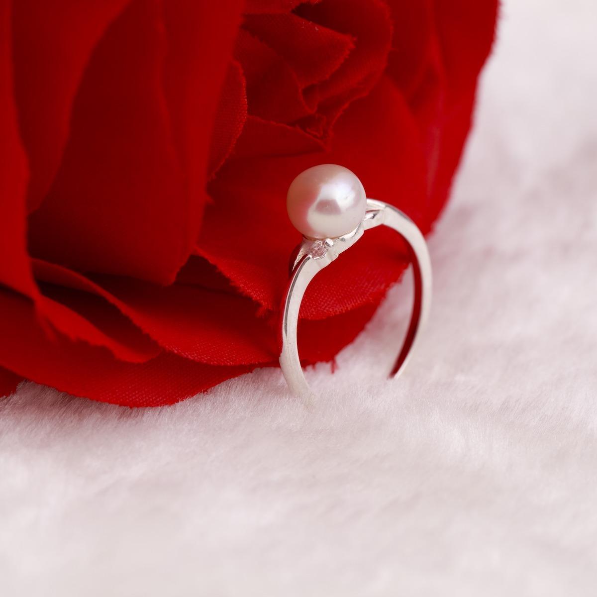 Nhẫn bạc đính ngọc trai Opal RPT6-09 sử dụng ngọc trai trắng ngà viên tròn làm điểm nhấn nổi bật cho nhẫn. Xung quanh thân nhẫn được cách điệu và đính đá tỉ mỉ. Kích thước nhẫn 17 mm, phù hợp cỡ tay châu Á. Sản phẩm kèm phiếu bảo hành và thu đổi sang sản phẩm mới trong suốt thời gian sử dụng. Nhẫn có giá 275.000 đồng, giảm 50% so với giá gốc.