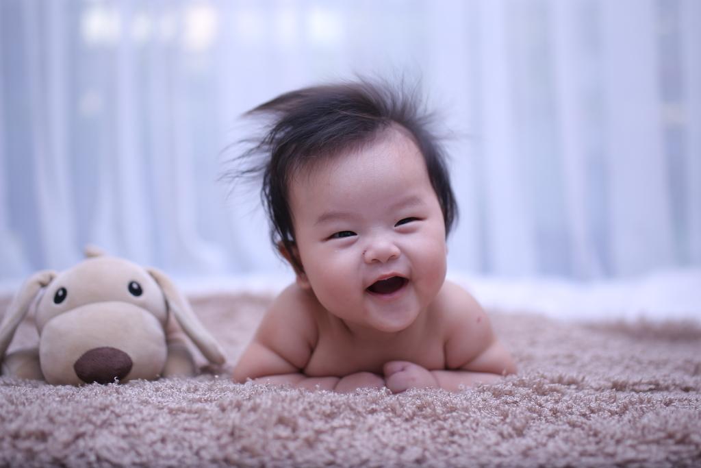 Sự lém lĩnh và đáng yêu của con thể hiện rõ trong bức khi Minh Đạt tập lật lúc 4 tháng tuổi.