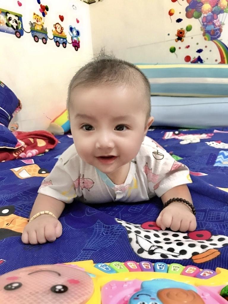 Khi con yêu vừa tròn 4 tháng tuổi đã có thể tự lật. Nhìn vẻ mặt phấn khích, thích thú của con làm mẹ cũng vui lây. Mẹ vui vì thấy nụ cười của con khi đã làm được sau bao ngảy cố gắng. Mẹ càng vui hơn khi thấy con ngày một phát triển khoẻ mạnh và cứng cáp.