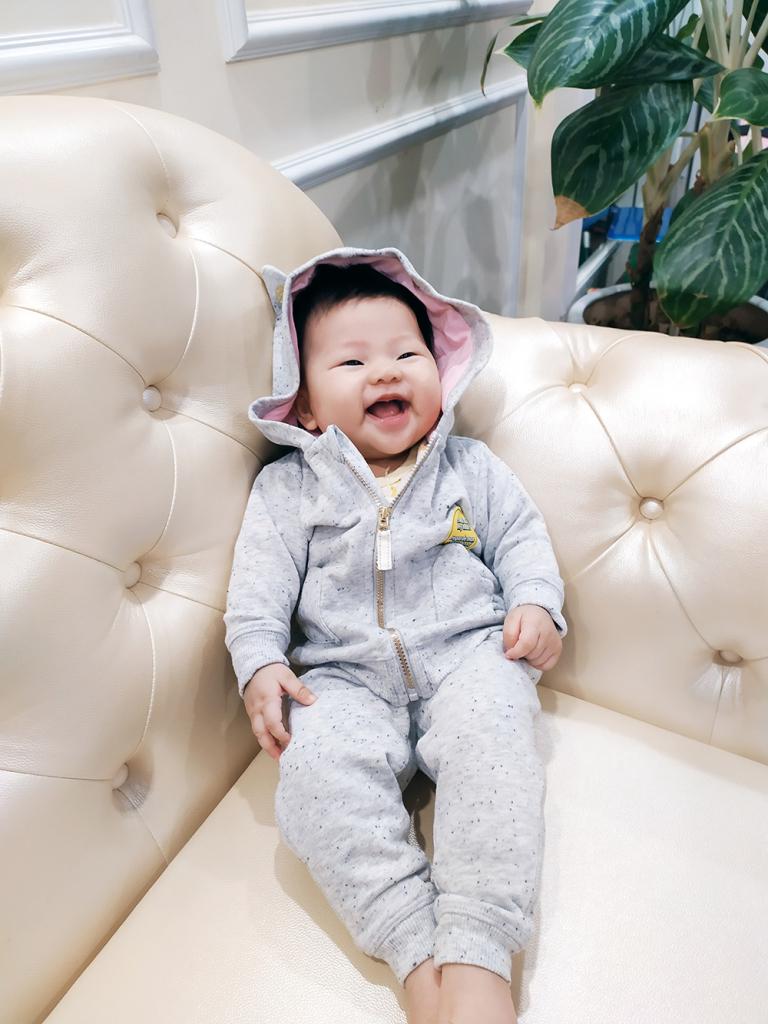 Khoảnh khắc bé Phạm Vũ Hà My cười thật tươi khiến trái tim của mẹ Vũ Thị Thư xao xuyến. Mẹ lưu giữ trong tim nụ cười đáng yêu của con.