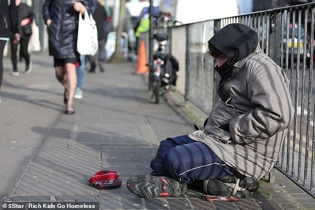 James nỗ lực tìm việc và từng mạnh miệng tuyên bố sẽ không ăn xin, nhưng cuối cùng anh đã phải xin được bố thí. Ảnh: Rich Kids go homeless.