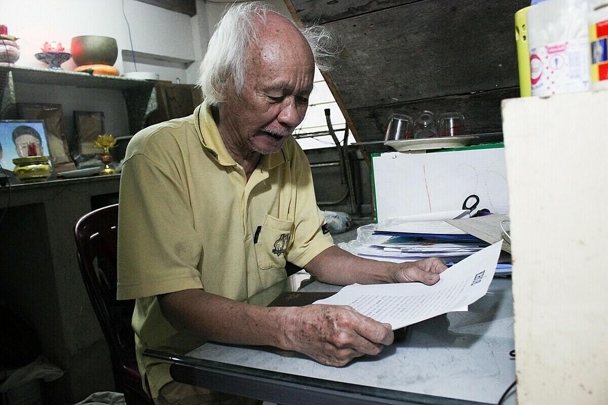 Ông Đề thích làm thơ tặng mọi người. Sau năm 1975, ông tham gia tích cực phong trào bổ túc văn hóa, xóa mù chữ của thành phố. Ảnh: Diệp Phan.