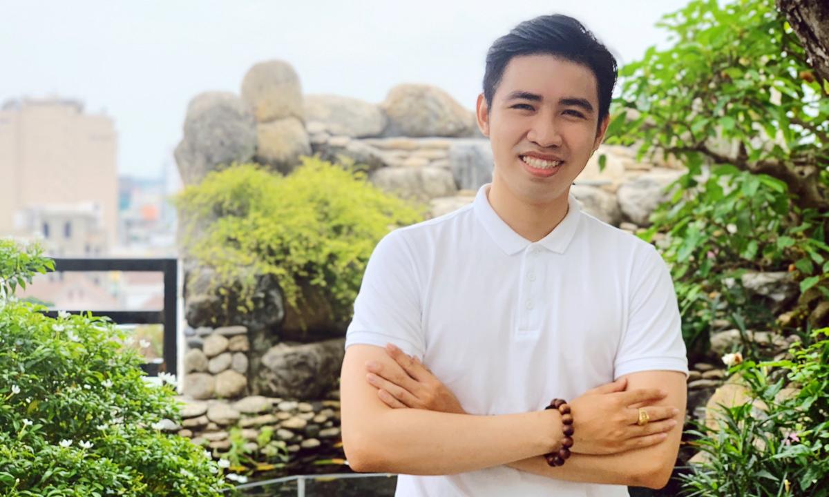 7 năm từ sau khi gặp lại những người bạn của bố, Lê Hoàng Đạt đã thoát khỏi tuổi trẻ vô định, bước đầu thành công. Ảnh: Joco.