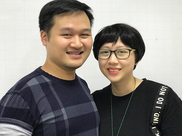 Cô giáo Lưu Ngọc Lan và chồng, anh Nguyễn Tiến Dũng. Cô giáo Lan phải trải qua hai đợt hóa trị nữa để lùi bệnh ung thư máu. Ảnh: Hải Hiền.