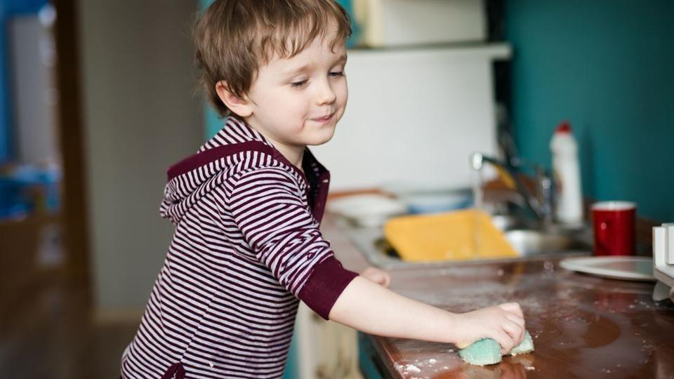 Thông qua làm việc nhà, trẻ được học và rèn luyện nhiều kỹ năng quan trọng có ích cho cuộc sống. Ảnh: WSJ.