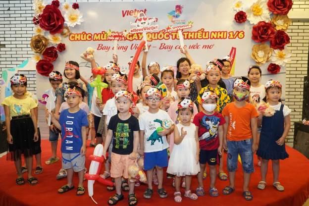 Bên cạnh việc thưởng thức nghệ thuật, các em nhỏ còn được tham gia vào các hoạt động vui chơi, ca hát,hóa thân thành tiếp viên, phi công Vietjet, bác sĩ, cảnh sát... nuôi dưỡng ước mơ nghề nghiệp cho các bé.
