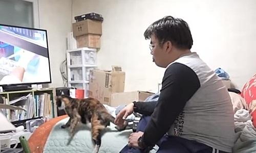 Koo Young-gyu trong căn phòng ngập đồ mua qua thẻ tín dụng. Ảnh:Channelnewsasia.