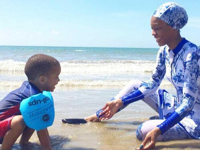 Imani Bashir và con trai trên một bãi biển Malaysia. Ảnh: Nhân vật cung cấp.