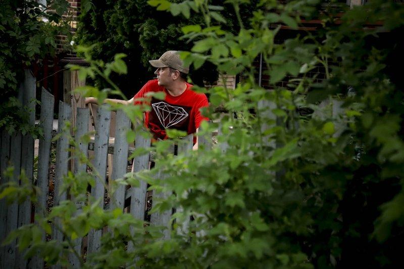 Michael Grunke ở thành phố Minneapolis, đang canh chừng khu vực nhà mình. Anh đã cùng với hàng xóm thành lập một nhóm canh gác kể từ khi các cuộc biểu tình bắt đầu. Ảnh: AP.