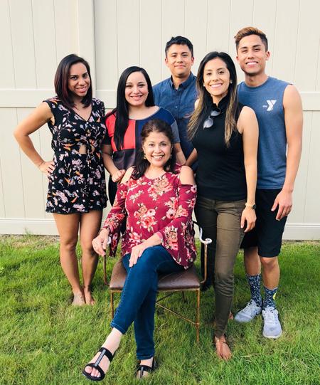 Andrea bên mẹ và các anh chị em. Ảnh: CNBC.
