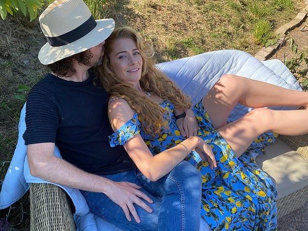 Hattie và Sean tắm nắng trong vườn nhà. Ảnh: Dailymail.