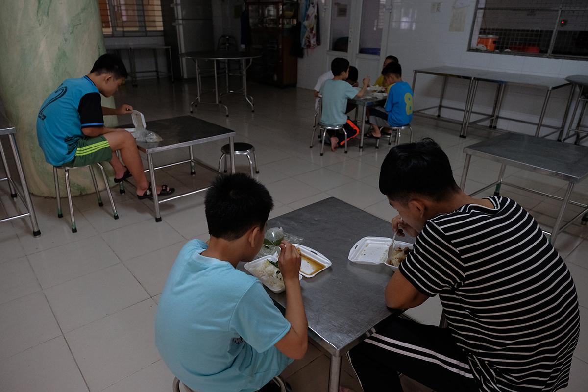 Các bé tại khoa Tuổi xanh đang ăn bữa tối từ sự hỗ trợ củachương trìnhTiếp sức cộng đồng - Vững vàng vượt khó.