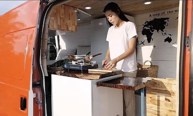 Chị My nấu nướng trên xe. Ảnh: NVCC.