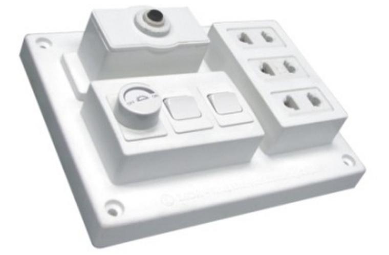 Bảng điện nổi 15A Lioalàm từ nhựa cao cấp chống cháy, màu trắng, có 3 ổ cắm loại 2 chấu (cắm được cả phích cắm phi 4 và phi 5, chân cắm tròn hay dẹt). Hai công tắc bật một chiều, cơ cấu cần gạt, bật tắt bằng tiếp điểm bạc.Chân tiếp xúc bằng đồng nguyên chất, dẫn điện tốt. Bảng điện đượctrang bị cầu chìchống cháy khi quá tải 15 A.Kích thướcdài 16cm, rộng 12.5 cm, dày5.5cm, sản phẩm đang được bán với giá ưu đãi 68.000 đồng