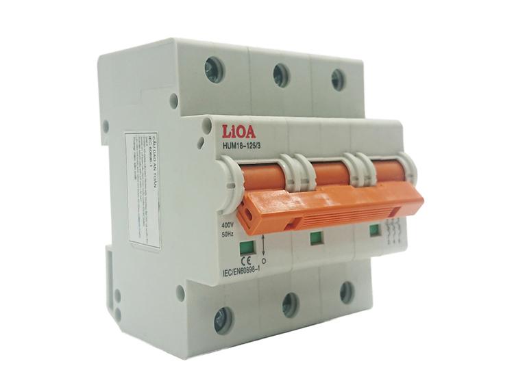 Cầu dao tự động (Aptomat) LiOA gồm 3 cực 32A, dòng cắt 4,5 kA, làm từ nhựa ABS có khả năng cách điện và chịu nhiệt cao, đảm bảo được độ bền. Sản phẩm được sản xuấtdưới những điều kiện khắt khe, đạt tiêu chuẩn quốc tế IEC 60898.Aptomat có khả năng ngắt điện nhanh chóng, chống chập mạch gây cháy nổ. Việc đóng ngắt ngay lập tức khi áp lực đủ lớn hỗ trợ điện áp đến thiết bị ổn định hơn, giúp giảm hao mòn tiếp điểm, tăng tuổi thọ cầu dao và các thiết bị sử dụng điện. Sản phẩm đang được giảm 0% còn 104.400 đồng.