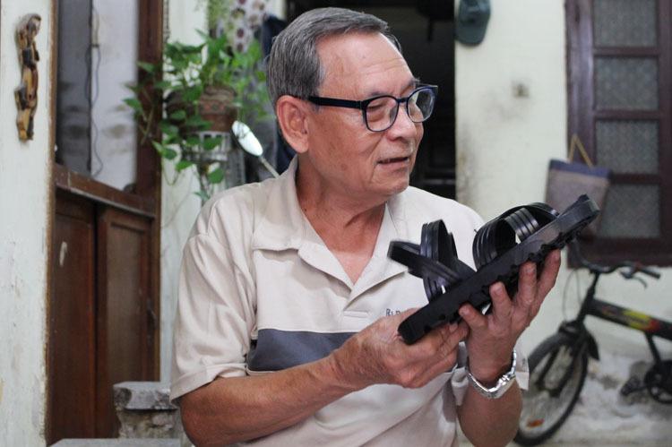 Ông Xuân bắt đầu làm dép cao su tại xí nghiệp dép lốp Trường Sơn số 45, Hàng Bồ năm 1960.  Năm 1970, ông là một trong 5 người tham gia làm 10 đôi dép Bác Hồ theo đặt hàng của cán bộ bảo tàng Hồ Chí Minh, để trưng bày tại các bảo tàng trên toàn quốc. Hiện những đôi dép này đang được trưng bày tại Phủ chủ tịch và bảo tàng Hồ Chí Minh. Ảnh: Phạm Nga.