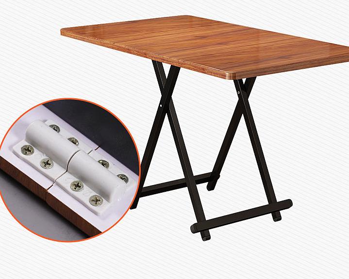 Chiếc bàn ăn bằng gỗ có thể gấp gọn, món hàng anh Quyết đã chờ đợi vài ngày để có thể mua rẻ hơn 300.000 đồng cùng miễn phí vận chuyển.