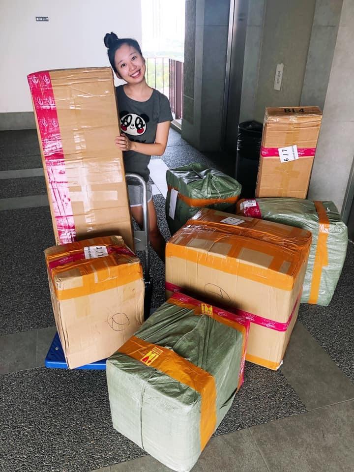 Chia Yen thích thú trước món quà bất ngờ. Ảnh: Facebook Andrew.