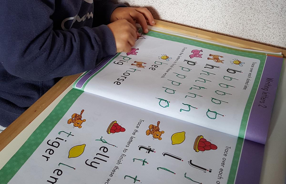 Việc nhận biết chữ, số qua sớm không những không giúp trẻ hiểu biết thêm, mà còn phá hủy tư duy sáng tạo, trí tưởng tượng của trẻ. Ảnh minh họa: Bilingualkid.