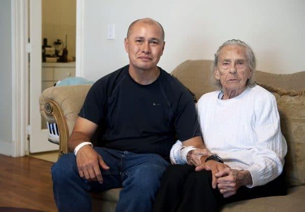 Người đàn ông gốc Việt đoàn tụ với bà nội Mỹ. Ảnh: The Palm Beach Post.