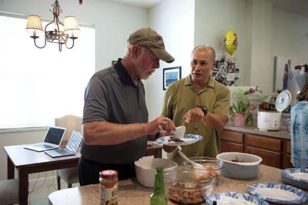 Andrew tự vào bếp nấu ăn mời bố. Ảnh:The Palm Beach Post.