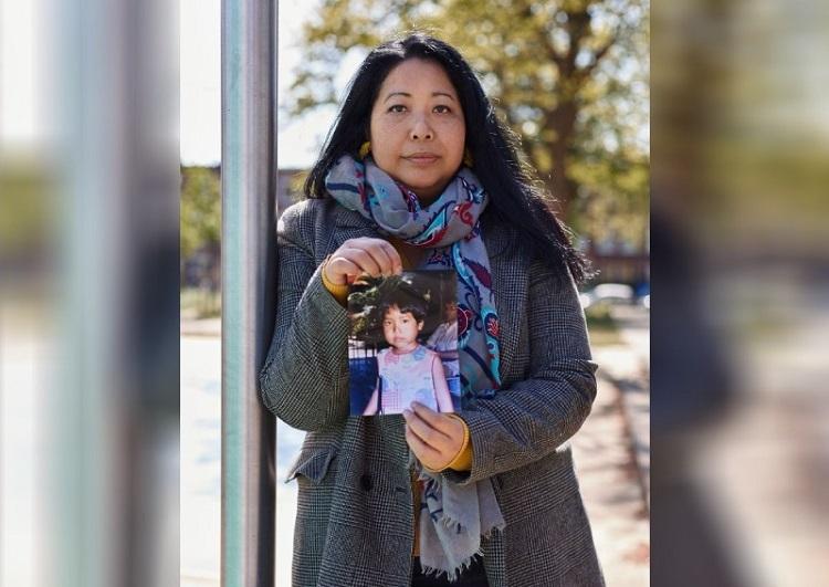 CôWidya Wisata bên bức ảnh chụp mình khi bị bỏ rơi. Ảnh: @taziateresa.