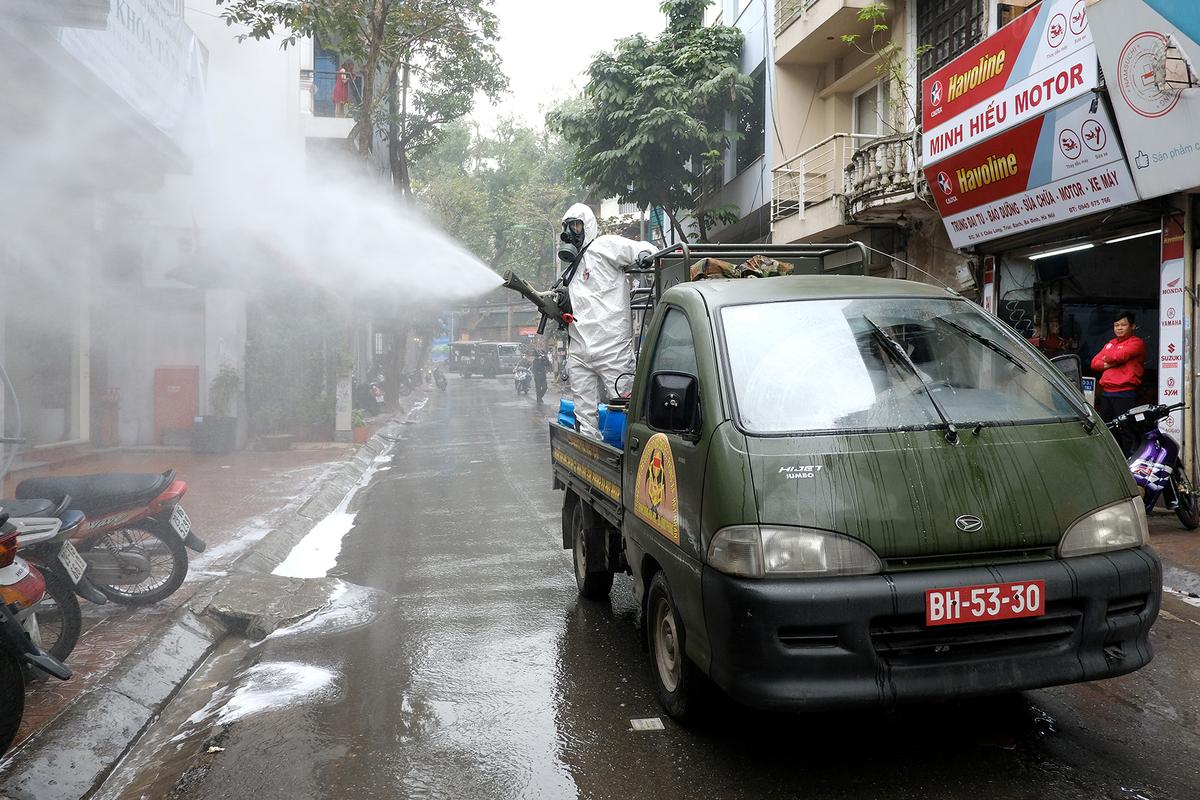 Xe của binh chủng hoá học phun thuốc khử trùng phố Trúc Bạch ngày 7/3. Ảnh: Giang Huy.
