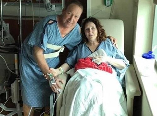 Ông Jeff chụp ảnh cùng với ân nhân hai lần giúp mình vượt bạo bệnh. Ảnh: Dailymail.
