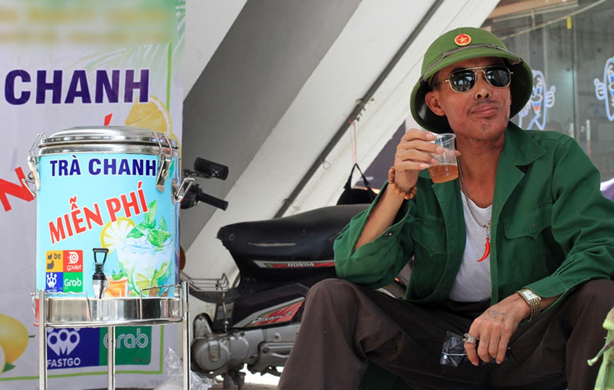 Ông Đinh Hùng Song, bị ung thư lưỡi giai đoạn một, uống cốc nước trưa 24/6. Uống cốc nước trà mát lạnh lòng khoan khoái. Tôi thấy việclàmnày rất đáng được hoanh ngênh, ông nói. Ảnh: P.D.