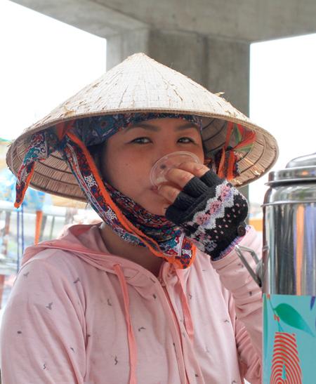Bốn ngày nay điểm trà chanh miễn phí ở 329 Nguyễn Trãi thành điểm dừng chân nghỉ của chị Lan. Ảnh: P.D.